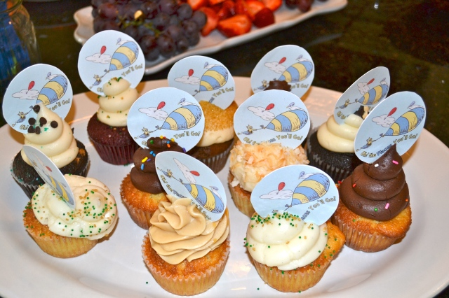 """Oh the places you'll go"" adorable / delicious cupcakes!"