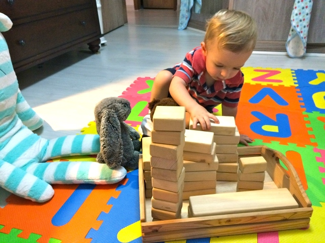 Stacking blocks with Wink and Numnum.